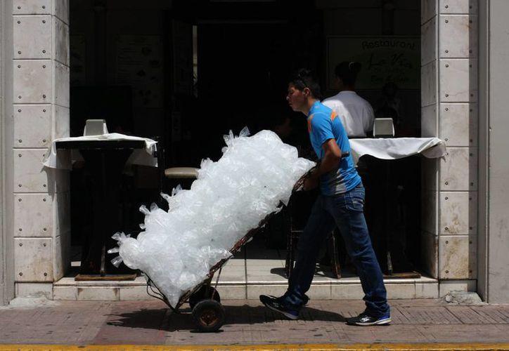 El consumo de hielo y bebidas refrescantes está a la orden del día en Yucatán por las altas temperaturas del verano 2014. (Mauricio Palos/SIPSE)