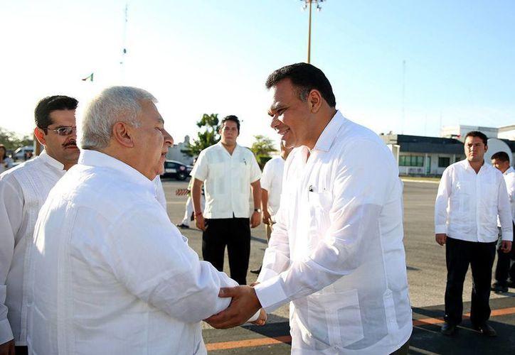 El gobernador de Yucatán, Rolando Zapata Bello, despide al secretario de Educación, Emilio Chuayffet Chemor, en el aeropuerto internacional de Mérida. (SIPSE)