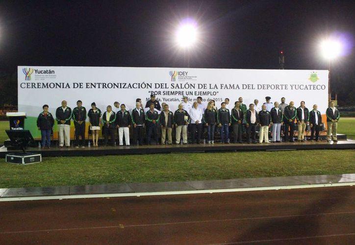 """Los 20 inmortales del Salón de la Fama del Deporte Yucateco (unos presentes y otros representados por familiares), anoche en el estadio """"Salvador Alvarado"""". (SIPSE)"""