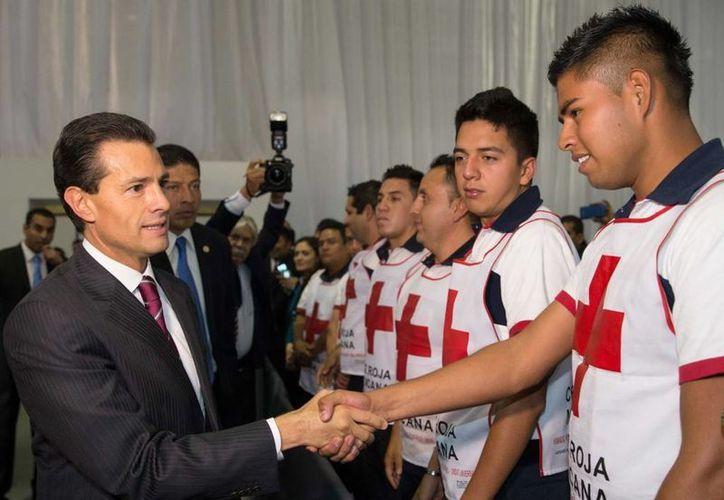 Peña Nieto instruyó al coordinador Nacional de Protección Civil a que impulse esquemas de identificación y certificación de personal en la materia, así como voluntarios y equipos de búsqueda. (Presidencia)