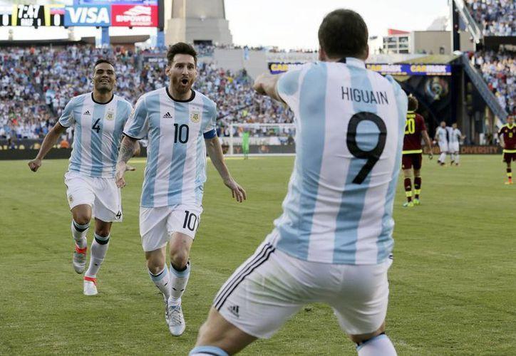 Lionel Messi (10) celebra un gol de Gonzalo Higuain (9) durante el partido con Venezuela en la Copa América Centenario, el 18 de junio de 2016. (Foto: Charles Krupa/AP)