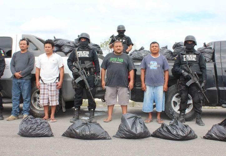 Los detenidos se movilizaban en dos camionetas de lujo. (Francisco Puerto/SIPSE)