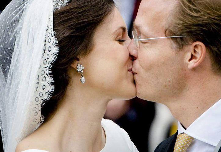 El príncipe, de 40 años, vistió frac negro con corbata naranja, mientras que su esposa lució un sencillo vestido blanco del modisto danés Claes Iversen. (EFE)