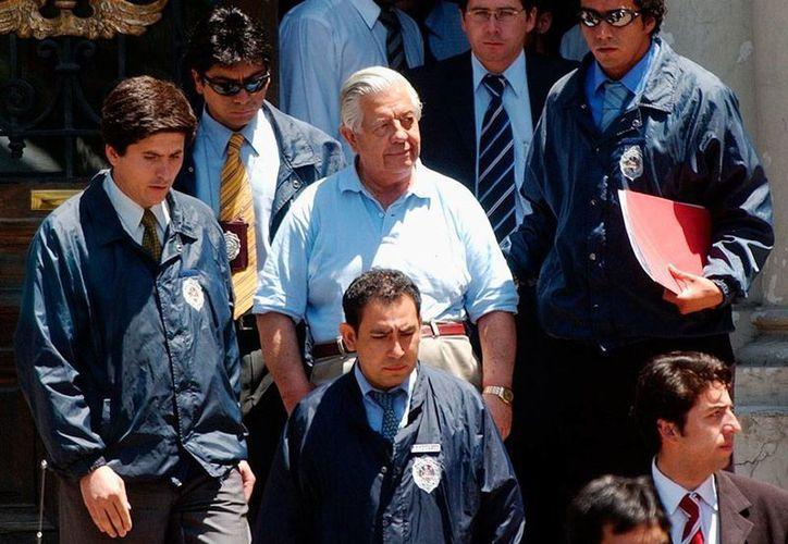 Manuel Contreras (al centro, de pelo canoso), en imagen de 2005, era el encargado de la agencia de espionaje del régimen dictatorial de Augusto Pinochet, en Chile. Falleció este viernes. (AP/Archivo)