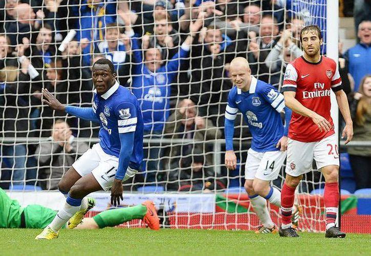 Romelu Lukaku (c) celebra el 2-0 durante el partido de la Premier League que han jugado Everton FC y Arsenal FC en Goodison, Liverpool. (EFE)