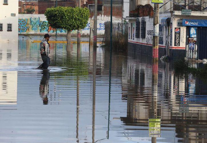 Las lluvias provocaron la crecida de un arroyo en Hermosillo, Sonora. Imagen de las inundaciones que provocaron las fuertes precipitaciones el fin de semana pasado en la mayor parte del país. (Notimex)
