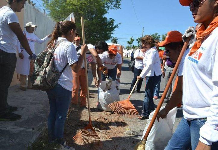 Ana Rosa Payán y el Escuadrón Naranja limpiaron esta mañana en la colonia Melitón Salazar, en el sur de Mérida. (SIPSE)