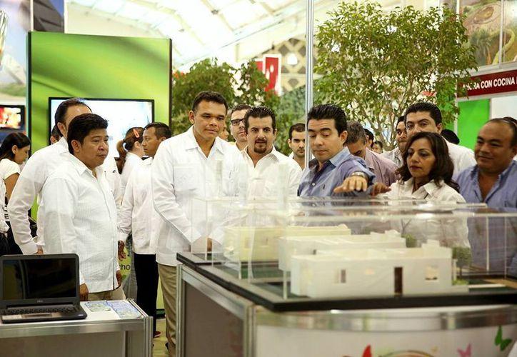 El gobernador Rolando Zapata Bello recorre la Expo Vivienda 2013. (Milenio Novedades)