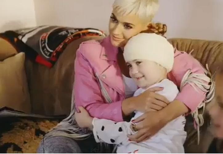 La niña se tomó fotos y cantó junto a Perry sus éxitos.  (Instagram)
