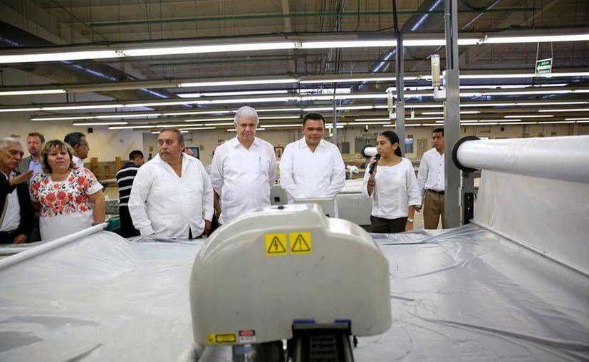 Imagen de Rolando Zapata durante la inauguración de la nueva planta de Heritage Home Group en Maxcanú. (Milenio Novedades)