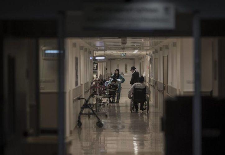 Enfermeras y pacientes permanecen en un pasillo del centro de rehabilitación del hospital Tel Hashomer, donde el exprimer ministro israelí Ariel Sharón permanece ingresado, en Tel Aviv. (EFE)