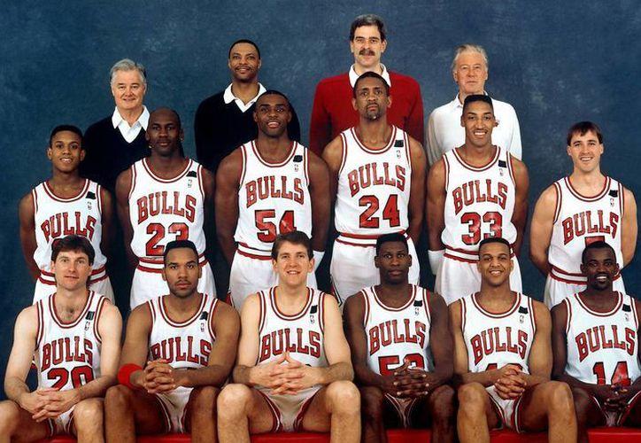 Bill Cartwright (24) aparece junto a Scottie Pippen (33) y Michael Jordan (23), dos de los mejores basquetbolistas de todos los tiempos en la época de oro de Bulls de Chicago, en la década de los 90. La foto es de la temporada 1991-1992. (usatoday.com)