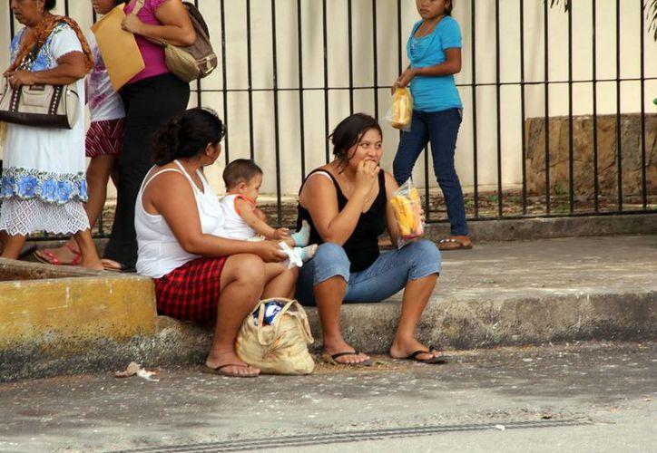 Al comer en la vía pública se corre el riesgo de contraer hepatitis. (Milenio Novedades)