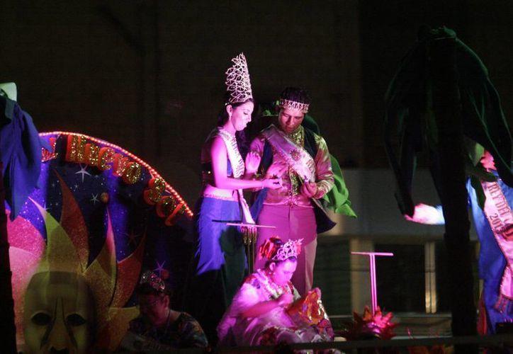 Los reyes juveniles se lucieron al presentar sus bailes y animar a los presentes. (Harold Alcocer/SIPSE)