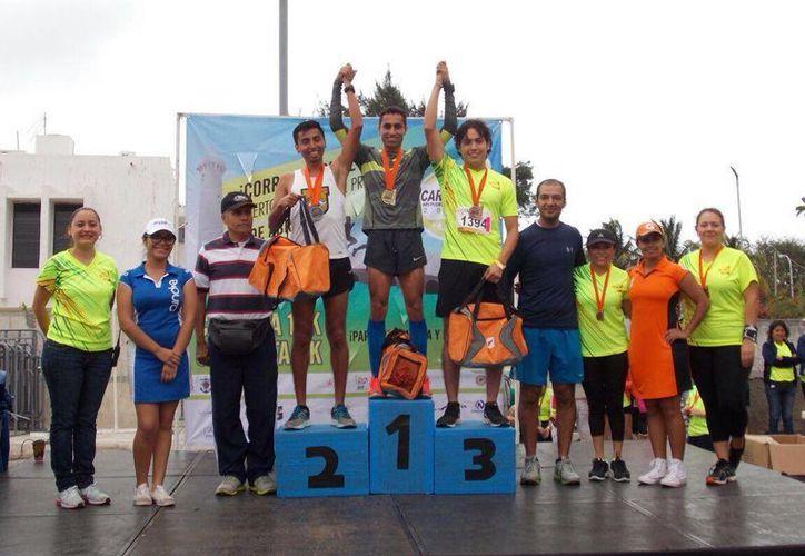 Imagen de los ganadores de la carrera y caminata <i>Ven y Corre sobre el Mar</i>, en el puerto de altura de Progreso. (Gerardo Keb/SIPSE)