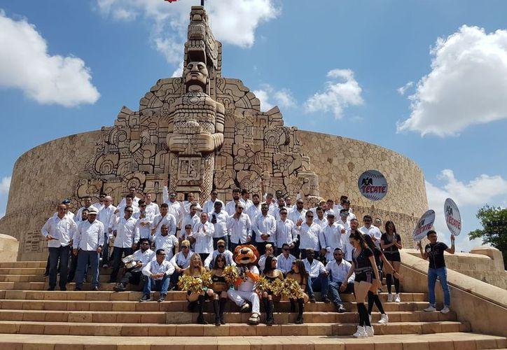 Durante el recorrido se tomaron la foto de campeones en el Monumento a la Patria.  (Fotos: Marco Moreno/Milenio Novedades)
