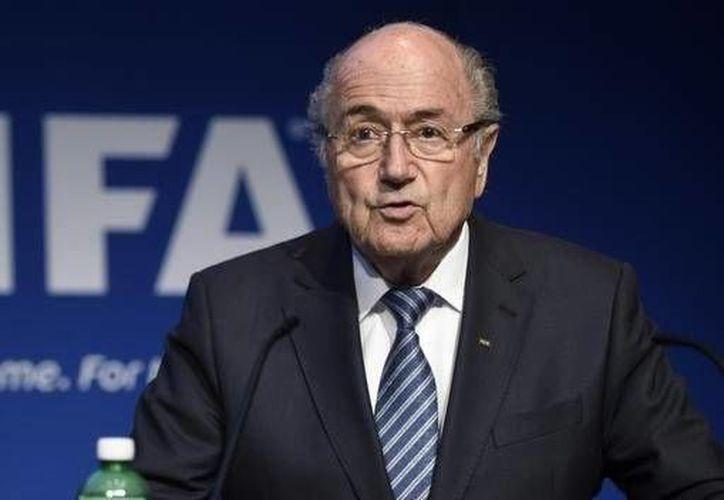 Joseph Blatter, presidente de la FIFA declaró en una entrevista para la cadena BBC que la corrupción es un tema de individuos y no de instituciones por lo que en la FIFA no existe corrupción, ante los recientes golpes que el organismo ha sufrido. (Archivo/AP)