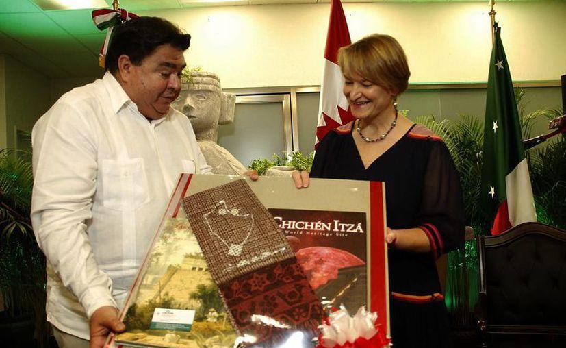 Reciben con afecto a la diplomática canadiense. (Juan Albornoz/SIPSE)
