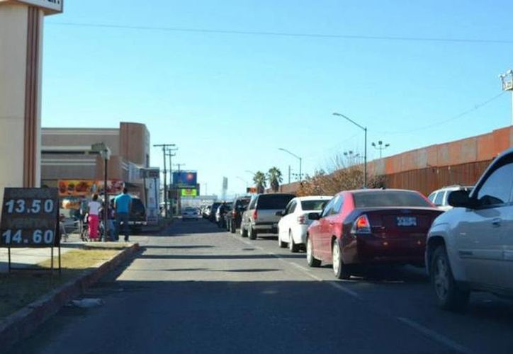 Las filas de cruce fronterizo internacional crecieron en las garitas de Nogales. (Rubén Ruiz/elimparcial.com)