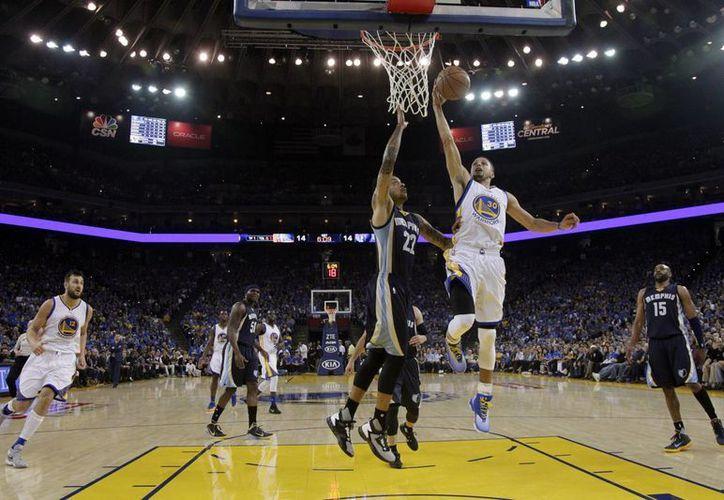 Golden State quiere seguir haciendo historia en la NBA, a partir de este sábado, cuando se mida ante los Rockets de Houston.(AP)