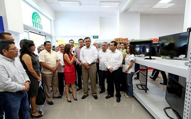 El gobernador Rolando Zapata Bello en la inauguración de la tienda del Isstey. (SIPSE)