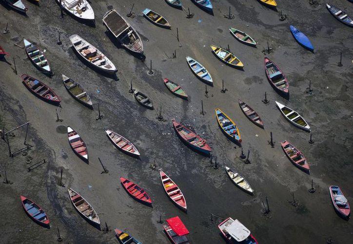 Las aguas residuales de la ciudad de Río de Janeiro son vertidas en la Bahía de Guanabara sin recibir tratamiento. (AP)