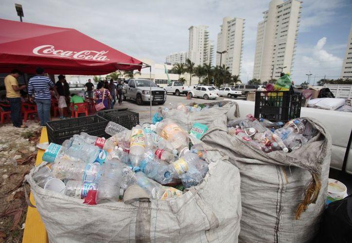 Los centros de acopio estuvieron abiertos desde las nueve de la mañana; uno de los más activos fue el ubicado en el estacionamiento de la Secretaría de Educación. (Víctor Ruiz/SIPSE)