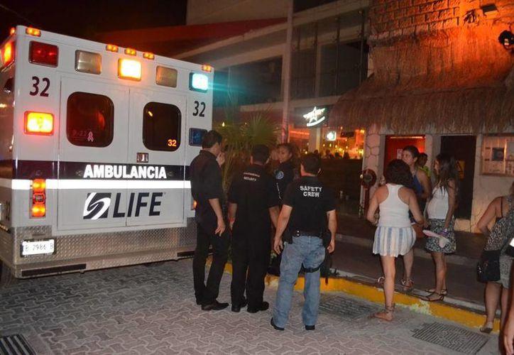 Una mujer fue trasladada al hospital luego de quejarse de dolor tras consumir bebidas de dudosa procedencia en una conocida discoteca.  (Redacción/SIPSE)