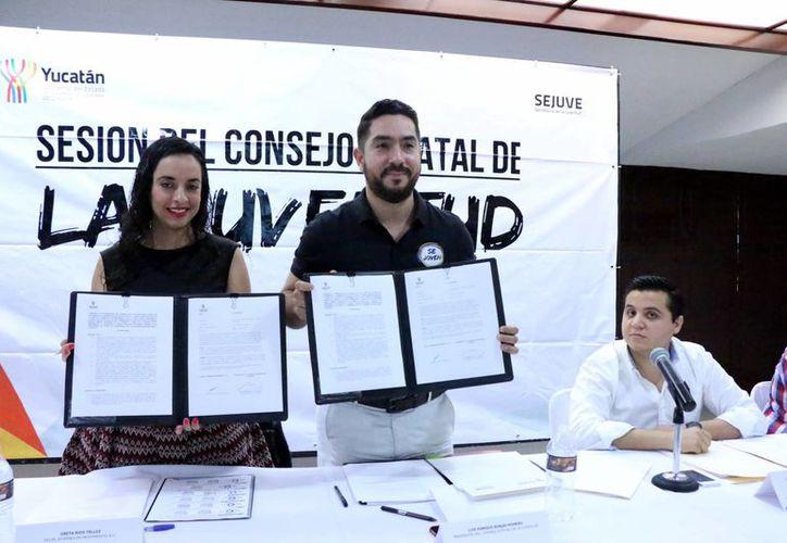 Imagen de la firma del acuerdo entre Gretta Ríos Téllez y Luis Enrique Borjas Romero, a favor de los jóvenes de Yucatán. (Milenio Novedades)