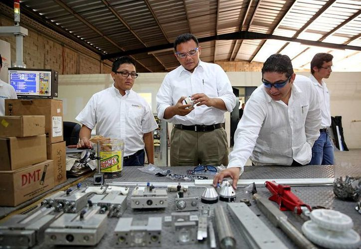 Rolando Zapata observó y probó los artículos que se elaboran en Energki. (Milenio Novedades)