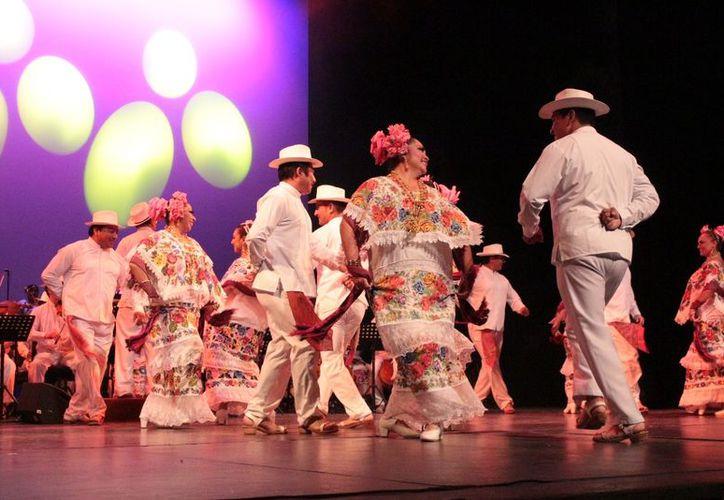 """La OTY presentó su concierto llamado """"Fiesta de Yucatán"""" ante un lleno total en el Teatro """"José Peón Contreras"""" de la Ciudad de Mérida. (Milenio Novedades)"""