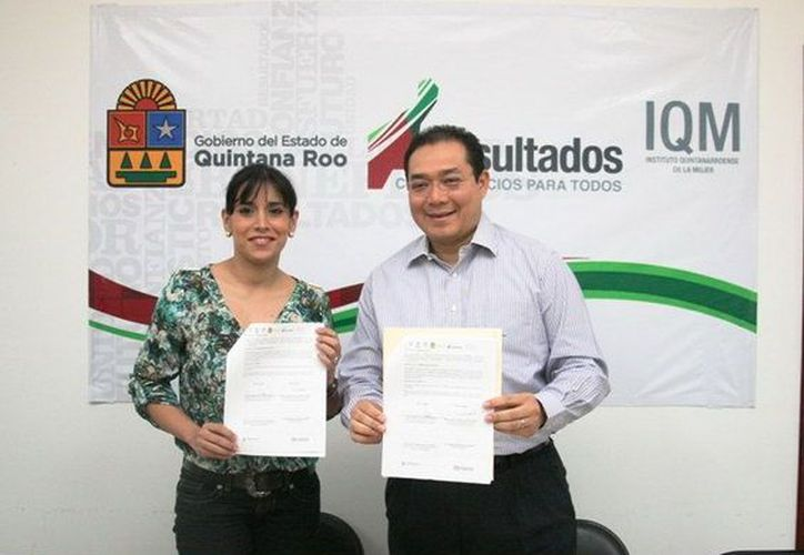 La encargada del despacho del Instituto Quintanarroense de la Mujer (IQM), Blanca Cecilia Pérez Alonso y el Secretario de Desarrollo Social (SEDES), Ángel Rivero Palomo durante el evento.  (Cortesía/SIPSE)