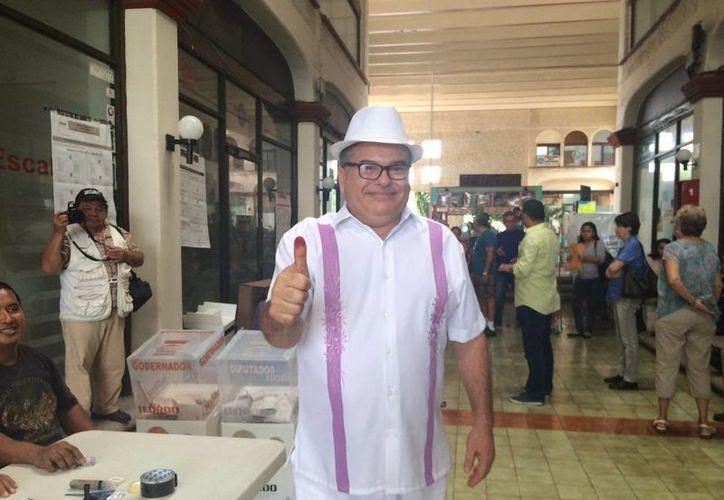 Víctor Alberto Sumohano Ballados durante su voto. (Teresa Pérez/SIPSE)