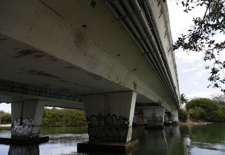 Los puentes Nizuc y Caleta ya presentan daños. (Israel Leal/SIPSE)