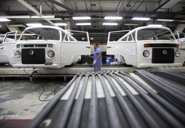 Un empleado revisa una combi en la línea de producción de la fábrica de VW en la ciudad de Sao Bernardo do Campo. (EFE)