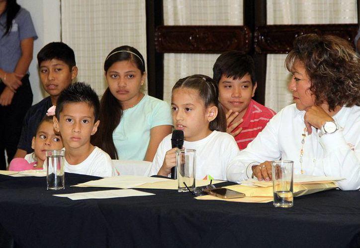 El DIF Mérida suma esfuerzos para hacer frente a la obesidad infantil en Mérida. Este martes se aprobó que universitarios hagan su servicio social en escuelas ayudando a los niños a nutrirse. En la foto, una niña da su opinión.  (Foto cortesía del Ayuntamiento)