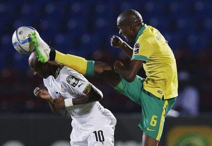 Andre Ayew (i), de Ghana, esquiva una fuerte entrada del sudafricano Anele Ngcongca en partido del grupo C de la Copa Africana. Finalmente Ghana avanzó a cuartos de final, pero Sudáfrica no. (Foto: AP)