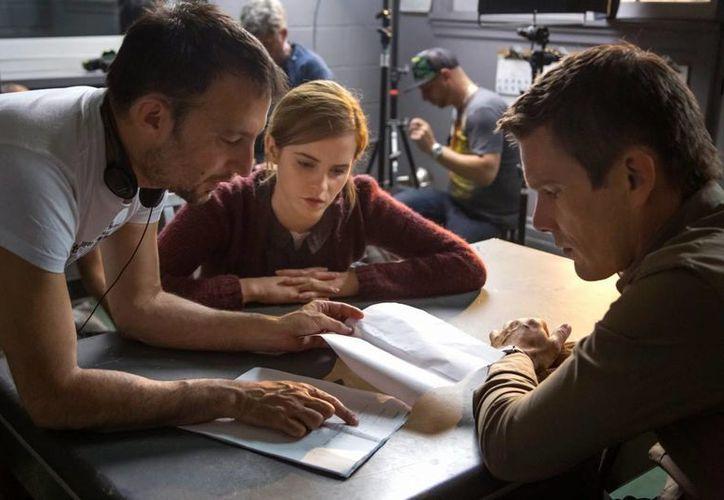 El cineasta Alejandro Amenábar (i), y los actores Emma Watson e Ethan Hawke se preparan para realizar el filme Regresión, que se estrenará en el Festival de Cine de San Sebastián. (Universal Pictures)