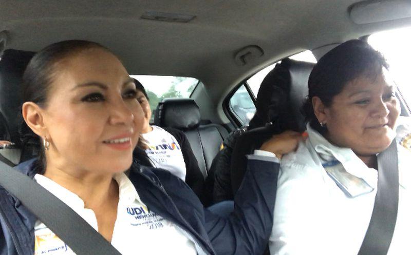 La candidata se subió a un taxi naranja, cuya operadora le expuso los riesgos de todos los días.