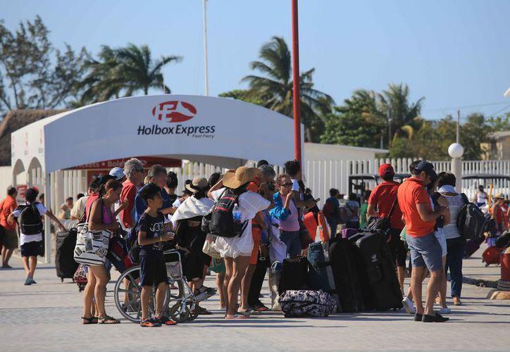 Cientos de visitantes cruzan a la isla de Holbox. (Luis Soto/SIPSE)