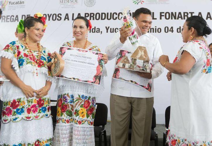 Entre sus actividades del miércoles, el gobernador de Yucatán, Rolando Zapata Bello, entregó apoyos a artesanos. (SIPSE)