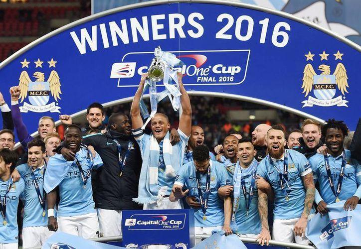 Jugadores del Manchester City se coronaron a costa del Liverpool en la final de la Copa de la Liga inglesa. (EFE)