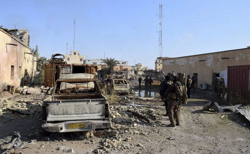 Un grupo de soldados del Ejército iraquí patrulla cerca del complejo gubernamental, que fue reocupado por parte de militantes del Estado Islámico, en Ramadi, Irak. (EFE)