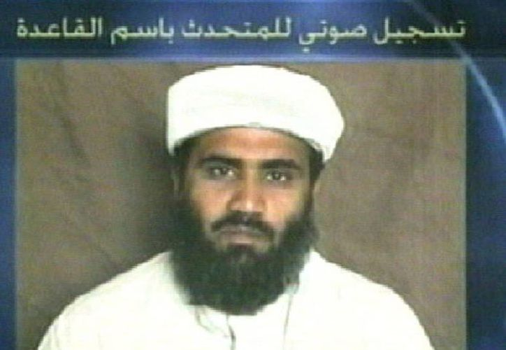 Captura de pantalla de un video del 23 de junio de 2002 del canal de televisión Al-Jazeera que muestra una foto de Suleiman Abu Ghaith. (EFE/Archivo)