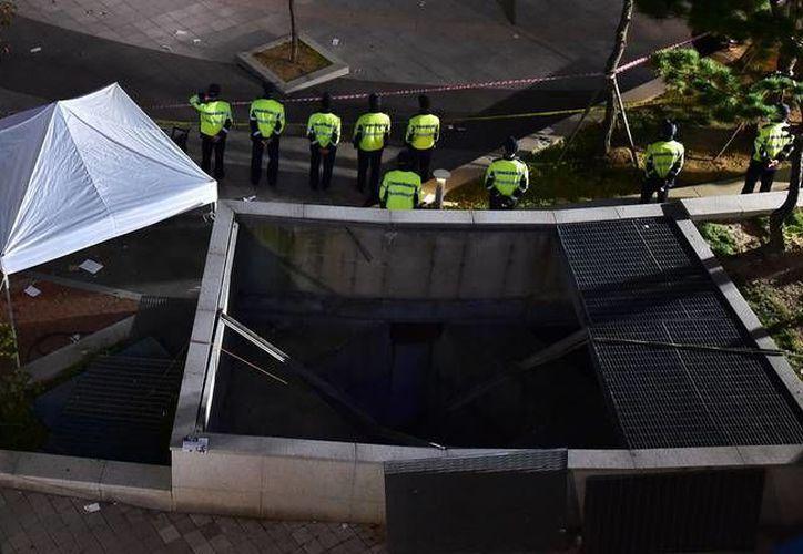 La policía hace un cerco de seguridad en el lugar donde la rejilla de ventilación se derrumbó durante un concierto en Corea del Sur. (rtve.es/AFP)