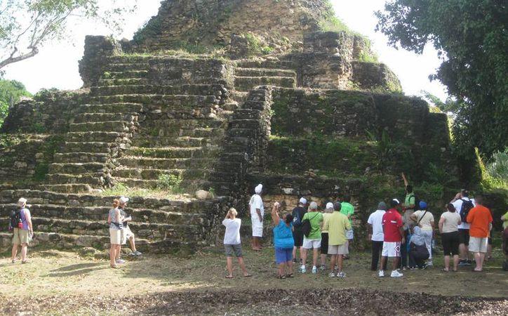 La zona arqueológica consta de una sola edificación maya en forma de pirámide, cercado parcialmente con alambre borreguero. (Javier Ortiz/SIPSE)