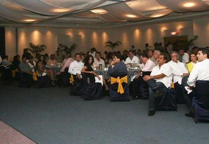 Julián Ricalde en el desayuno con los empresario de Cancún. (Cortesía/SIPSE)