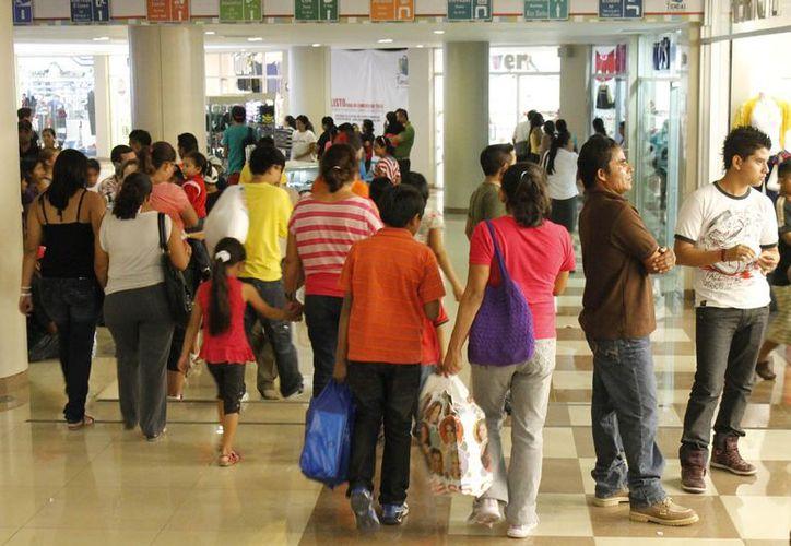 Las tiendas de las grandes cadenas, se han convertido en el punto de concentración de la mayoría de la población. (Jesús Tijerina/SIPSE)
