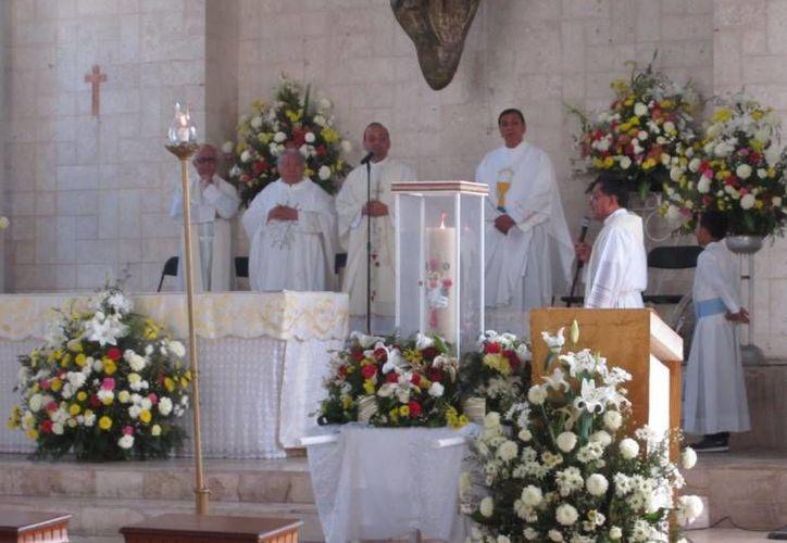 El padre José Luis Cerra, párroco de la Iglesia de San Juan de Río Bravo, Tamaulipas, durante la celebración de la misa en la parroquia de la Purísima Concepción y San José de Progreso. (Óscar Pérez/SIPSE)