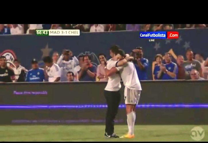 """Ronald Gjoka (i) fue acusado de """"allanamiento de morada"""" por saltar al césped e interrumpir el partido Real Madrid-Chelsea, de la Copa de Campeones, para abrazar a CR7. (YouTube)"""